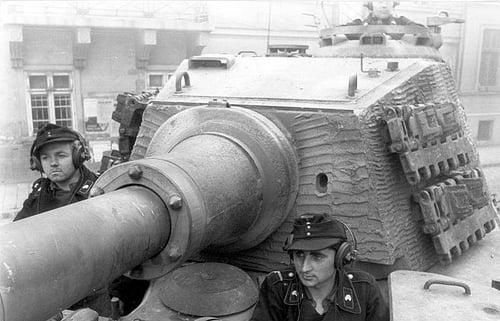 За управлением танком Тигр-2